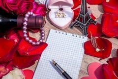 Note vide avec des pétales du ` s de rose de rouge, Tour Eiffel Photos stock