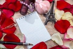 Note vide avec des pétales du ` s de rose de rouge, Tour Eiffel Photographie stock