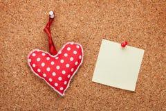 Note vide avec le coeur de jouet Photo stock