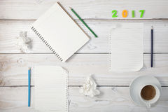 Note vide de livre blanc avec du café sur la table en bois blanche Photographie stock