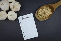 Note vide de recette de la cuisson sur le fond noir photo stock