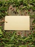 Note vide sur le fond en bois avec des feuilles de l'espace de copie de sel de poivre d'arugula, rouge et noir Photographie stock libre de droits