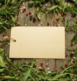 Note vide sur le fond en bois avec des feuilles de l'espace de copie de sel de poivre d'arugula, rouge et noir Photo libre de droits