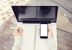 Notebbok, ordinateur portable vide et téléphone portable extérieurs Photo stock