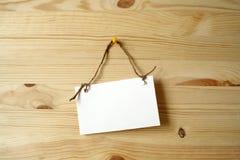 Noteboard na parede de madeira Fotos de Stock Royalty Free