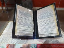 Notebok av anmärkningskort med ord av intelligens och vishet som antecknas av handen vid presidenten Ronald Reagan arkivfoto