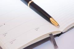 Notebooc blanc et crayon lecteur d'isolement Photographie stock