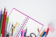 ¹ ŒNotebook del à y herramientas de la escuela o de la oficina en el fondo blanco Foto de archivo libre de regalías