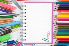 ¹ ŒNotebook del à y herramientas de la escuela o de la oficina en el fondo blanco Fotos de archivo libres de regalías