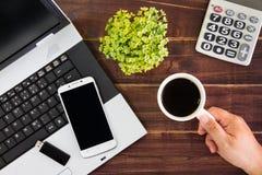 Notebook na biurku Kalkulatorzy, USB błysku przejażdżki kij, obrazy royalty free