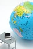 Notebook PC e globo su fondo bianco Immagini Stock Libere da Diritti