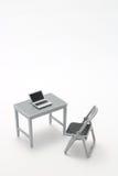 Notebook PC, tavola dell'ufficio e sedia miniatura Immagini Stock Libere da Diritti