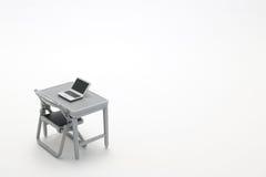 Notebook PC, tavola dell'ufficio e sedia miniatura Fotografia Stock Libera da Diritti