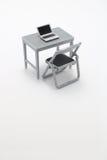Notebook PC, tavola dell'ufficio e sedia miniatura fotografia stock