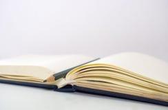 Notebookblur ontop карандаша с белизной предпосылки Стоковое фото RF