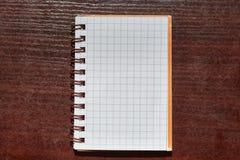 Notebookon ein Schreibtisch Lizenzfreie Stockfotos