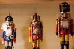 Notekraker die zich op een plank bevinden houten cijfers, Kerstmis, symbool; royalty-vrije stock foto