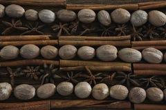 Notemuskaat, steranijsplant en pijpjes kaneel op houten lijst wordt geschikt die royalty-vrije stock afbeeldingen