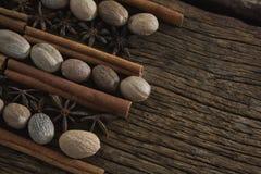 Notemuskaat, steranijsplant en pijpjes kaneel op houten lijst wordt geschikt die royalty-vrije stock foto