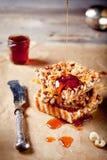 Noten, ahornstroop en honings scherpe karamel Royalty-vrije Stock Foto
