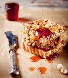 Noten, ahornstroop en honings scherpe karamel Stock Afbeelding
