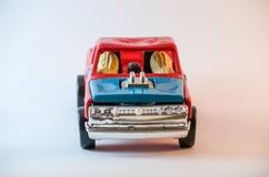 2 noten die stuk speelgoed auto drijven Stock Fotografie