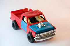 2 noten die stuk speelgoed auto drijven Royalty-vrije Stock Afbeeldingen