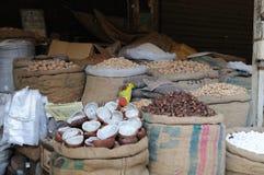 Noten en kruiden voor verkoop in straatmarkt Stock Afbeeldingen