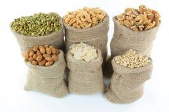 Noten en zaden in jutezakken. royalty-vrije stock afbeeldingen