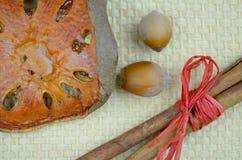 Noten, pijpjes kaneel en droge oranje plak Stock Afbeeldingen