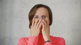 Notenaugen der jungen Frau mit den Fingern dann offen und den nahen Augen Schlie?en Sie herauf Frauen-Portrait stock video footage