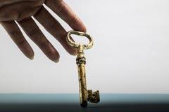 Notengoldleben des Schlüssels in der Hand stockfotos