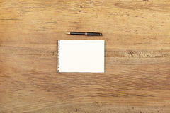 Notepad and ballpen on wood Royalty Free Stock Photography
