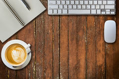 Notepad-, dator- och kaffekopp ovanför sikt Arkivbild