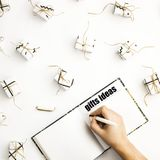 Notepad dla pisać prezentów pomysłach wśród małych prezentów pudełek Zdjęcia Royalty Free