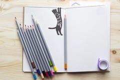 Notepad för kreativitet och idéer med kulöra blyertspennor på uppvakta Arkivbilder