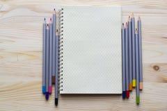 Notepad för kreativitet och idéer med kulöra blyertspennor på uppvakta Arkivfoto