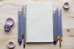 Notepad för kreativitet och idéer med kulöra blyertspennor på uppvakta Arkivbild