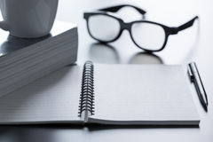 Notepad glasses and pen Royalty Free Stock Photography