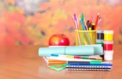 Notepad, handstilmaterial och målarfärger arkivfoto