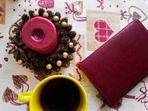 Notepad i kawowy kubek, kawa pod ?wieczk?, czerwony notepad Bia?y fili?anka kawy na drewnianym stole i r?kach m?ody cz?owiek w ko obraz stock