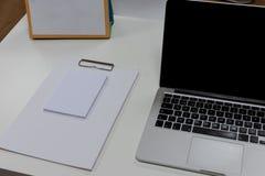 Notepad i laptop na bia?ym drewnianym biurku Widok z kopii przestrzeni? w bia?ym brzmieniu z g?ry Pracy ?rodowisko i biura t?o obraz royalty free