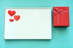 Notepad i prezenta pudełko na tle fotografia stock