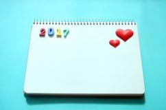 Notepad i serca na tle zdjęcie royalty free