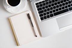Notepad, laptop i filiżanka na drewno stole, zdjęcie stock