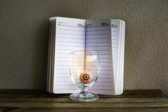 Notepad med ögonbollen i exponeringsglas på trä- och väggbakgrund Genom att använda tapeten eller bakgrund för den halloween dage Royaltyfri Bild