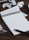 Notepad med blyertspennan och skrynkligt papper royaltyfria foton