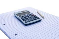Notepad med den blåa och vita räknemaskinen med med solenergi och blyertspennan för räkenskap, affären, utbildning etc. på vit ba arkivfoto