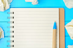 Notepad med den skrynkliga papper och pennan Arkivbild