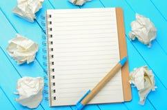Notepad med den skrynkliga papper och pennan Royaltyfri Bild
